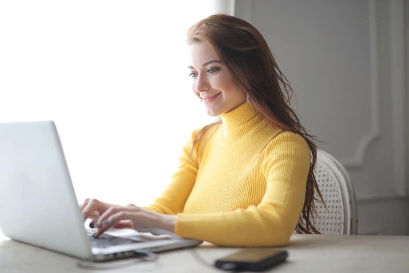 Eksempelbilde: kvinne sammenligner lån med sikkerhet i bolig på nettet