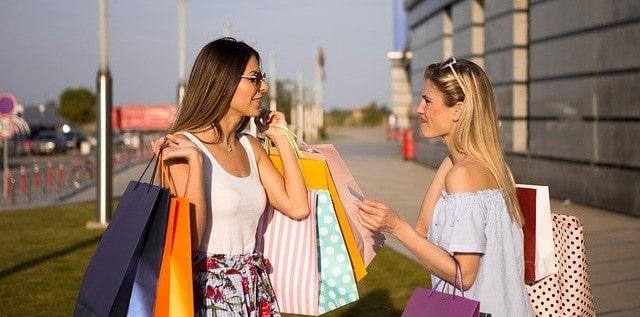 Kvinner som kjøper med kredittkort
